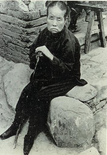 vieille chinoise aux pieds bandes Bouddhsime au feminin